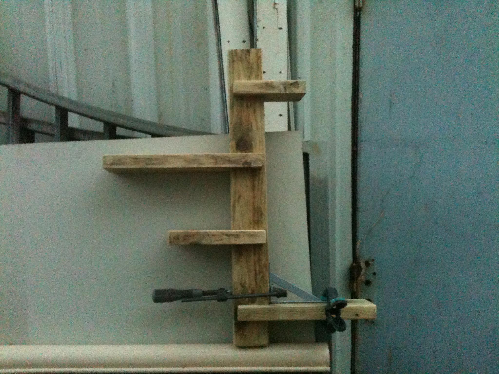 Une petite tag re en bois brut paramourdubois for Etagere bois brut