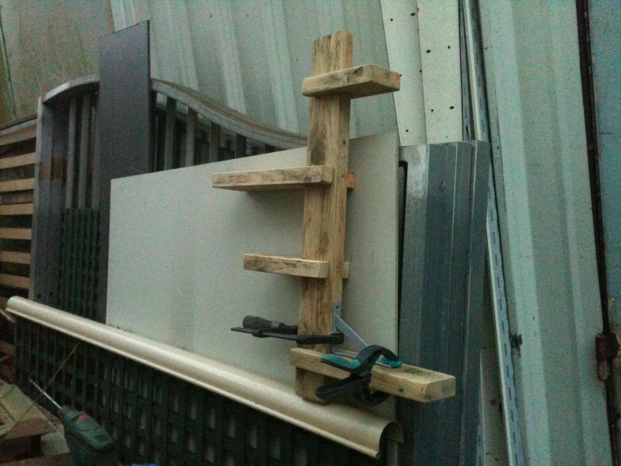 une petite tag re en bois brut paramourdubois. Black Bedroom Furniture Sets. Home Design Ideas
